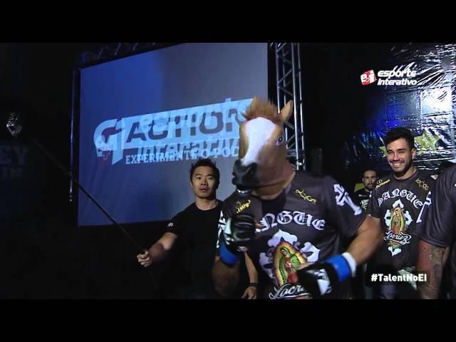 Alexandre Sangue entra no cage usando uma máscara de cavalo